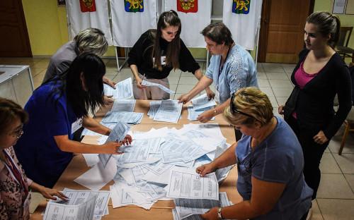 <p>Подсчет голосов на избирательном участке во Владивостоке</p>