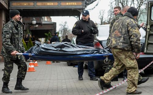 Сотрудники правоохранительных органов на месте убийства Дениса Вороненкова в Киеве