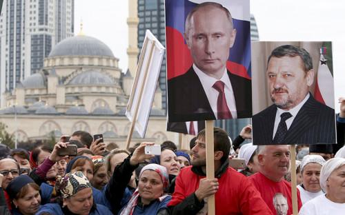 <p>Участники митинга-концерта в честь дня рождения президента РФ Владимира Путина в Грозном.</p>