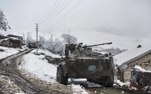 Бронетранспортёр российских миротворцев в селе Хин Шен в Нагорном Карабахе