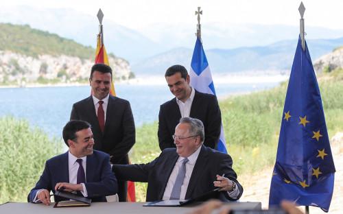 Зоран Заев (сзади слева), Алексис Ципрас (сзади справа),Никола Димитров (слева),Никос Котзиас