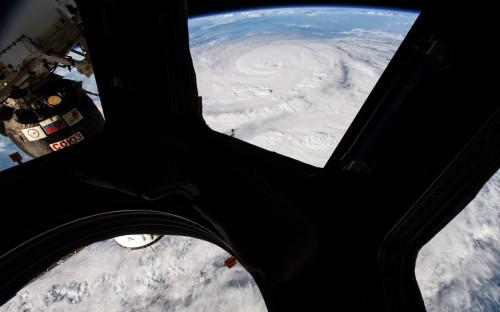 Вид из купольного модуля на борту Международной космической станции