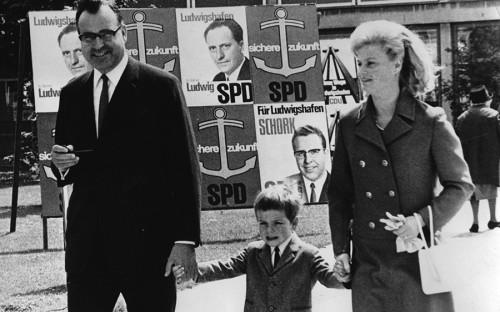 <p>Глава федеральной земли Рейнланд-Пфальц Гельмут Коль со&nbsp;своей первой женой Ханнелорой Коль и&nbsp;сыном проходят мимо&nbsp;избирательных плакатов социал-демократов в&nbsp;Людвигсхафене. 8 июня 1969&nbsp;года.</p>