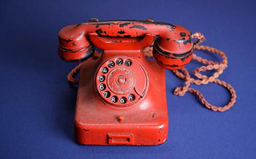 <p>На торгах аукционного дома Alexander Historical Auctions (США) личный телефон лидера нацистской Германии Адольфа Гитлера был продан за&nbsp;$243&nbsp;тыс. (&pound;195&nbsp;тыс.) 19 февраля 2017 года. Имя покупателя не&nbsp;раскрывается.<br /> <br /> Телефон марки Siеmens модели W38 покрыт красным лаком. На&nbsp;телефон также нанесены имя Гитлера и&nbsp;символ нацистской партии. Аппарат был подарен Гитлеру вермахтом, а&nbsp;после&nbsp;взятия Берлина в&nbsp;1945 году он был обнаружен в&nbsp;одном из&nbsp;бункеров советскими солдатами, которые затем передали телефон британскому офицеру Ральфу Рейнеру. Продать телефон решил сын Рейнера, который&nbsp;назвал его &laquo;оружием массового поражения&raquo;<br /> &nbsp;</p>