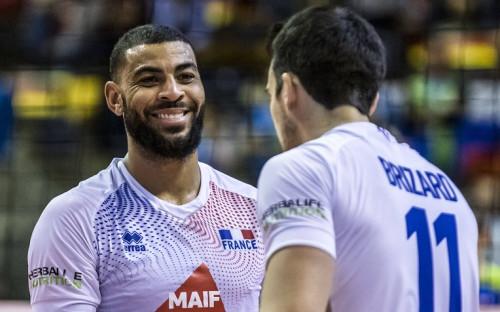 Эрвин Нгапет (слева) в матче за сборную Франции по волейболу