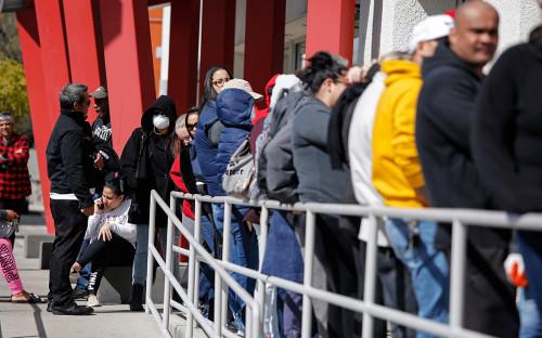 Люди ожидают помощи в получении пособий по безработице в Лас-Вегасе<br /> &nbsp;