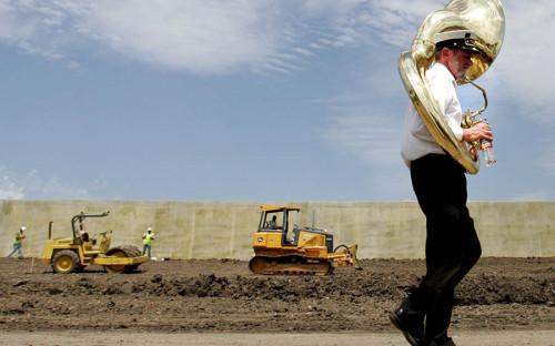 """<p><a href=""""https://ppiaf.org/sites/ppiaf.org/files/documents/toolkits/highwaystoolkit/6/case_studies/us.html"""">По данным</a> Фонда содействия ГЧП Всемирного банка, в общей сложности с 1991 года свыше 44 автомагистралей&nbsp;использовали подход ГЧП на общую сумму $22,4 млрд при средней стоимости одного проекта около $53 млн. Частные инвестиции покрывают около 35% затрат на строительство платных дорог. В США также распространен механизм передачи в аренду государственных дорог, например, в 2006 году консорциуму компаний Macquarie-Cintra была передана дорога длиной 252,6 км на 75 лет. Взамен правительство получило $3,8 млрд.</p>  <p>На фото: строительство платного участка дороги в Новом Орлеане, Луизиана</p>"""