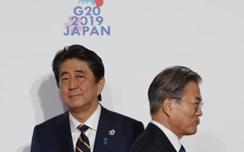 Премьер-министр Японии Синдзо Абэ (слева) и президент Республики Корея Мун Чжэ Ин. Саммит «Большой двадцатки» в Осаке, 2019 год