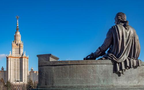 Вид на главное здание МГУ имени М.В. Ломоносова
