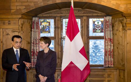 Премьер госсовета КНР Ли Кэцян ипрезидент Швейцарии Симонетта Соммаруги (слева направо)