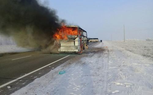 <p>Пожар начался на 1068-м километре автодороги из Самары в Шымкент. По данным казахстанских властей, автобус следовал из Узбекистана в Россию</p>