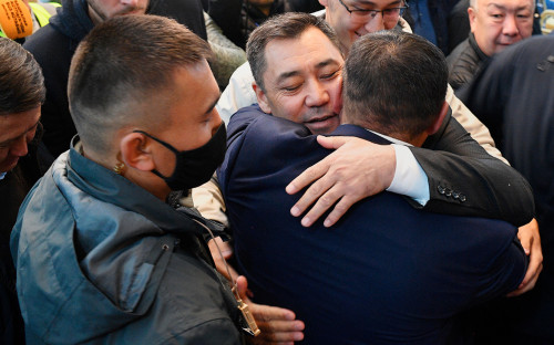 Новоизбранный премьер-министр Садыр Жапаров (в центре) на внеочередном заседании парламента Киргизии в государственной резиденции «Ала-Арча»в Бишкеке