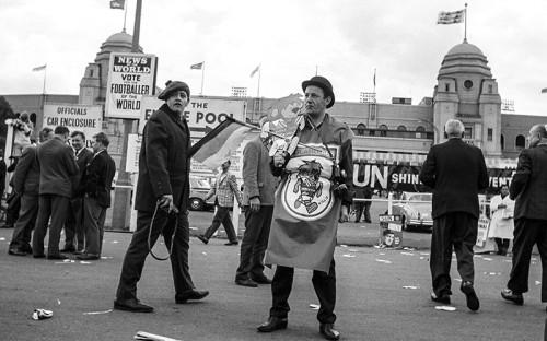 <p><strong>1966&nbsp;год, Англия&nbsp;&mdash;&nbsp;лев Вилли</strong></p>  <p>Впервые талисман у ЧМ появился в&nbsp;1966 году. Им стал традиционный символ Великобритании, красующийся на&nbsp;гербе футбольной ассоциации страны, &mdash;&nbsp;лев. Своему создателю Вилли принес более 6 млн фунтов стерлингов. А Великобритания в&nbsp;итоге выиграла чемпионат.</p>