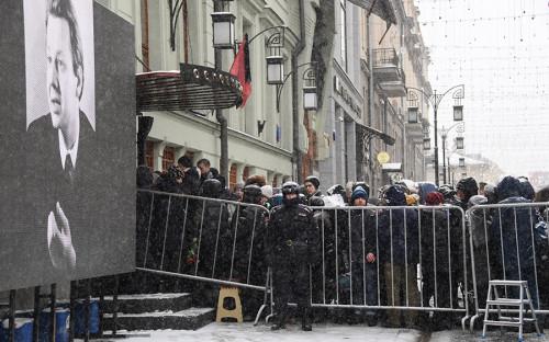 На входе в МХТ имени Чехова очередь из желающих проститься с актером