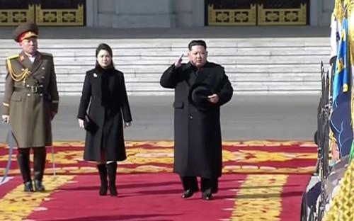 """<p>По <a href=""""http://english.yonhapnews.co.kr/news/2018/02/08/0200000000AEN20180208007600315.html"""">информации</a> южнокорейского агентства Yonhap, парад начался в 10:30 по местному времени. Мероприятие посетил лидер КНДР Ким Чен Ын. </p>"""