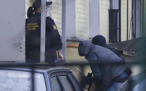 Один из подозреваемых в убийстве политика Бориса Немцова доставлен в Басманный суд города Москвы.