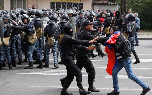 <p>Демонстрация началась на улице Арцаха во время переговоров между Саргсяном и лидером армянской оппозиции Николом Пашиняном.</p>