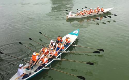 Участники нового потока соревновались со своими предшественниками в гонках на академических распашных восьмерках.