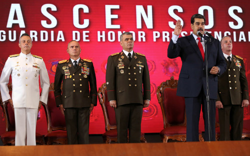 Николас Мадуро (второй справа)