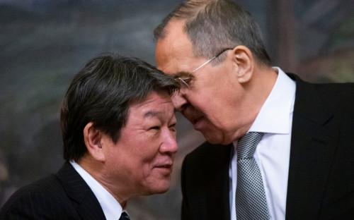 Глава МИД ЯпонииТосимицу Мотэги и министр иностранных дел России Сергей Лавров