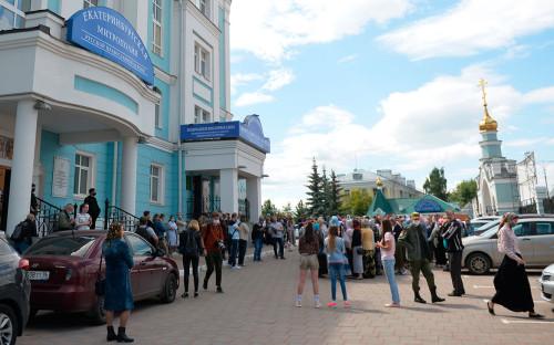 Верующие у Екатеринбургской митрополии РПЦ, где проходит заседание церковного суда по делу схиигумена Сергия
