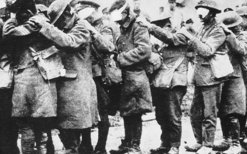 <p>Один из первых крупнейших случаев применения боевых отравляющих веществ&nbsp;произошел <strong>22 апреля 1915 года</strong>, когда немецкие войска распылили около 168 т&nbsp;хлора на позициях вблизи бельгийского города Ипр. Жертвами этой атаки стали 1100 человек. Всего же во время Первой мировой в результате применения химического оружия погибли около 100 тыс. человек, 1,3 млн пострадали.</p>  <p>На фото: ослепленная хлором группа британских солдат</p>