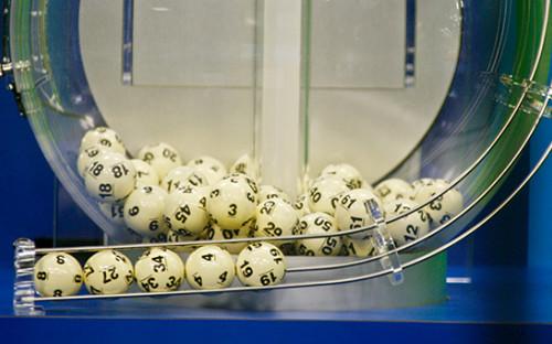 Пять белых шаров выигрышной комбинациис номерами 8, 27, 34, 4, 19