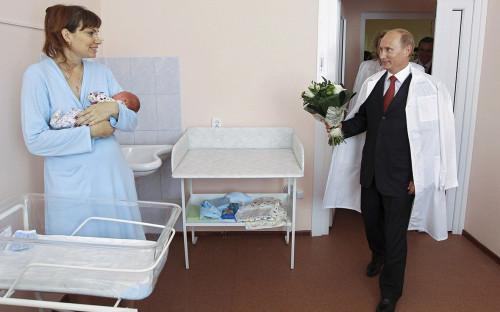 <p>Владимир Путин во время посещения перинатального центра в Твери. 2010 год</p>  <p></p>