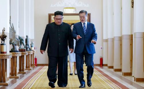 Ким Чен Ын иМун Чжэ Ин(слева направо)