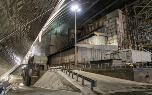 Разрушенный в результате аварии 4-й энергоблок Чернобыльской АЭС под изоляционным арочным сооружением
