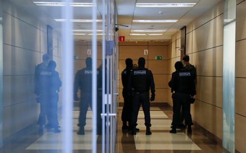 Сотрудники правоохранительных органов в офисе ФБК