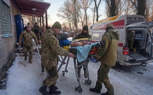 <p>29 января в&nbsp;районе города Авдеевки, в&nbsp;6&nbsp;км от&nbsp;Донецка, начались бои между&nbsp;силами ДНР и&nbsp;украинской армией. Кто первым начал вести обстрел,&nbsp;неизвестно. Стороны обвиняют в&nbsp;этом друг друга.</p>  <p><em>На фото: медики ВСУ эвакуируют раненых из&nbsp;госпиталя в&nbsp;Авдеевке</em></p>