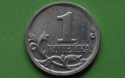 <p>1 января в России началась денежная реформа, которая готовилась с лета 1997 года. Теперь одному новому рублю соответствовали 1000 старых (образца 1993 и 1995 годов), в обращение вошли монеты достоинством в 1, 5, 10, 50 коп. и 1, 2, 5 руб.</p>