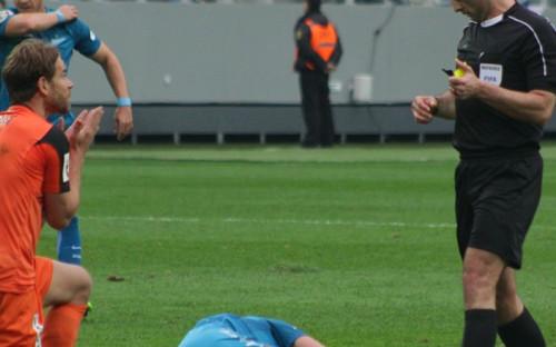 Игрок «Урала» Эрик Бикфалви (слева) в матче против «Зенита»