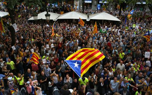 <p>Протестующие против ареста&nbsp;каталонских чиновников в Барселоне. 20 сентября 2017 года</p>  <p></p>
