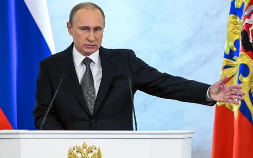 """<p><span style=""""font-size:16px;""""><strong>&laquo;Власти знают, кто эти спекулянты&raquo;</strong></span></p> &nbsp;  <p>Сегодня мы столкнулись с сокращением валютных поступлений и, как следствие, с ослаблением курса национальной валюты. Вы знаете, что Банк России перешел к плавающему курсу, но это не значит, что он самоустранился от влияния на курс рубля, что курс рубля может безнаказанно становиться объектом финансовых спекуляций. Я прошу Банк России и правительство провести жесткие скоординированные действия, чтобы отбить охоту у так называемых спекулянтов играть на колебаниях курсов российской валюты. Власти знают, кто эти спекулянты, и инструменты влияния на них есть. Пришло время воспользоваться этими инструментами.</p> &nbsp;  <p><strong><em>президент Владимир Путин, выступая с посланием Федеральному собранию</em></strong></p> &nbsp;  <p><em>Интерфакс 4 декабря 2014 года</em></p>"""