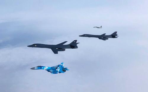 Истребители Су-27 и бомбардировщики B-1B<br /> <br /> &nbsp;