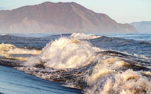 Волны на берегу Халактырского пляжа на полуострове Камчатка