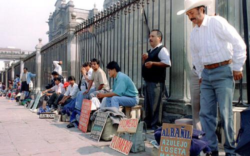 """<p><span style=""""font-size:16px;""""><strong>Мексика</strong></span></p>  <p><strong>Когда был объявлен мораторий</strong>: <em>август 1982 года</em></p>  <p><strong>Задолженность перед иностранными кредиторами</strong>: <span style=""""color:#800000;""""><em>$80 млрд</em></span></p>  <p>Мораторий мексиканского правительства на&nbsp;выплату долга вызвал цепную реакцию банковских кризисов в&nbsp;соседних латиноамериканских странах, что привело к&nbsp;обнищанию населения и&nbsp;длительной рецессии. Причиной кризиса стало неблагоприятное сочетание внешнеэкономических факторов.</p>  <p>В&nbsp;1960-<span class=""""js-spell-error"""">е</span> годы крупные страны Латинской Америки регулярно получали ссуды от&nbsp;международных учреждений и&nbsp;иностранных инвесторов, в&nbsp;первую очередь на&nbsp;инфраструктурные проекты. Взлет цен на&nbsp;нефть и&nbsp;начало мировой рецессии в&nbsp;середине 1970-<span class=""""js-spell-error"""">х</span> привели к&nbsp;росту расходов и&nbsp;сокращению доходов развивающихся стран &mdash; импортеров нефти. Долг этих стран был номинирован в&nbsp;долларах, поэтому цикл повышений процентной ставки в&nbsp;США означал и&nbsp;увеличение суммы выплат. Начал стремительно расти &laquo;пузырь&raquo;&nbsp;&mdash; старый долг рефинансировался за&nbsp;счет нового.</p>  <p>К&nbsp;началу 1982 года Мексике уже не&nbsp;хватало собственных валютных резервов для покрытия долга, и&nbsp;в феврале правительство девальвировало песо. Поскольку выплачивать кредиты приходилось долларами, этот шаг усугубил ситуацию: 12&nbsp;августа <span class=""""js-spell-error"""">Минфин</span> объявил о&nbsp;90-дневном моратории на&nbsp;выплату внешнего долга (к тому времени он&nbsp;составлял $80 млрд, или&nbsp;же $200 млрд в&nbsp;ценах 2015 года). Параллельно инвесторы, предчувствуя кризис, резко сократили вливания в&nbsp;регион, так что Бразилия, Аргентина и&nbsp;другие крупные страны вынуждены были пойти на&nbsp;реструктуризацию долгов. В&nbsp;итоге в&nbsp;декабре 1982 года МВФ одобрил трехлетнюю програ"""