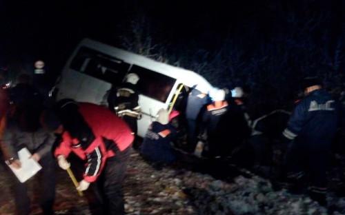 <p>Аварийно-спасательные работы на месте ДТП с участием грузового автомобиля &laquo;КамАЗ&raquo; и пассажирского микроавтобуса Mercedes-Benz Sprinter в Килемарском районе</p>