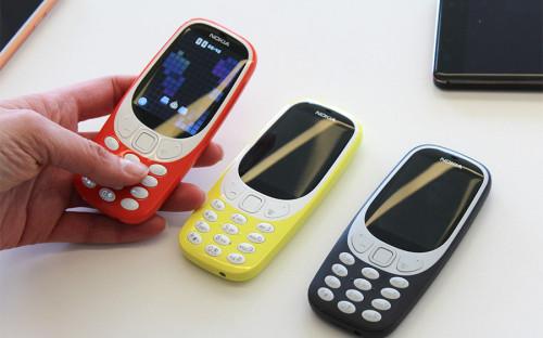 """<p>26 февраля на&nbsp;Всемирном мобильном конгрессе финская компания HMD Global, владеющая брендом Nokia, <a href=""""http://www.rbc.ru/technology_and_media/26/02/2017/58b335289a79478e6a5de873"""">представила</a> ремейк модели 3310. Обновленная версия телефона, выпущенного в&nbsp;2000 году, возвращается на&nbsp;рынок со&nbsp;значительными изменениями: цветной дисплей, четыре варианта расцветки корпуса (желтый, красный, серый и&nbsp;темно-синий), 2-мегапиксельная камера и&nbsp;слот для&nbsp;карты памяти. Издание The Verge <a href=""""http://www.theverge.com/2017/2/26/14742150/nokia-3310-mwc-2017"""">пишет</a>, что&nbsp;новая модель может проработать без&nbsp;подзарядки 22 часа в&nbsp;режиме разговоров и&nbsp;31 день в&nbsp;режиме ожидания. Стоимость телефона составит &euro;49 и&nbsp;появится в&nbsp;продаже во&nbsp;втором квартале 2017 года</p>"""