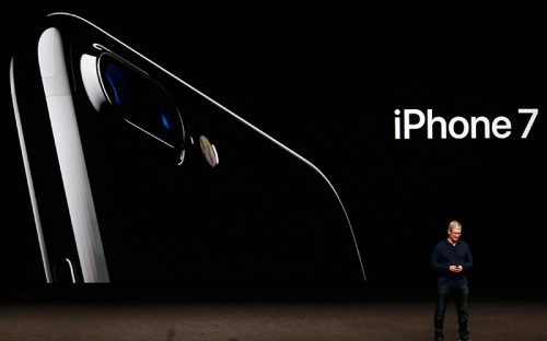 <p>Глава Apple Тим Кук во&nbsp;время презентации iPhone 7</p>
