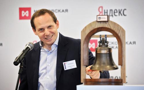<p><em><strong>Аркадий Волож, сооснователь, руководитель группы компаний &laquo;Яндекс&raquo;</strong></em></p>  <p>Математик Аркадий Волож в&nbsp;1989 году основал компанию CompTek, занимавшуюся поставками сетевого и&nbsp;телекоммуникационного оборудования. Именно на&nbsp;основе этой фирмы впоследствии был создан &laquo;Яндекс&raquo;&nbsp;&mdash; после&nbsp;прихода в&nbsp;нее Ильи Сегаловича, друга и&nbsp;школьного товарища Воложа. &laquo;Технологию в&nbsp;огромной степени основал Илюша Сегалович. Организацию бизнеса в&nbsp;огромной степени основал Аркаша&raquo;,&nbsp;&mdash; вспоминала другой соонователь &laquo;Яндекса&raquo; Елена Колмановская в&nbsp;интервью Forbes.</p>  <p>Волож фактически отошел от&nbsp;операционного руководства &laquo;Яндекса&raquo; осенью 2014 года, передав управление российским бизнесом бывшему финансовому директору Александру Шульгину. Волож остается руководителем группы компаний &laquo;Яндекс&raquo;, но&nbsp;больше внимания уделяет стратегическому развитию, новым проектам и&nbsp;новым рынкам&nbsp;&mdash;&nbsp;например, Yandex Data Factory или&nbsp;выводу компании в&nbsp;Турцию. Кроме того, Волож занимается собственными инвестициями в&nbsp;стартапы&nbsp;&mdash;&nbsp;в&nbsp;Израиле и&nbsp;Турции.</p>