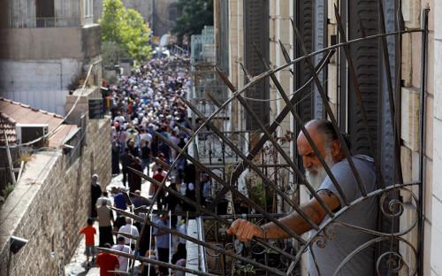 <p>Толпа палестинцев&nbsp;продвигается к мечети&nbsp;Аль-Акса</p>  <p></p>