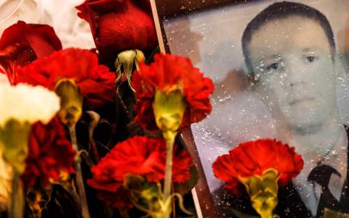 Цветы в память о погибшем в Сирии российском летчике Романе Филипове у здания Минобороны