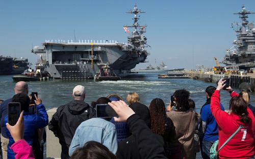 <p>Атомный авианосец &laquo;Гарри Трумэн&raquo; отплывает с военно-морской базы Норфолк в Вирджинии и направляется &laquo;поближе к берегам Сирии&raquo;</p>