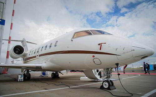 """<p><strong>Производитель:&nbsp;</strong>Bombardier</p>  <p><strong>Дальность полета: </strong> <a href=""""http://businessaircraft.bombardier.com/en/aircraft/challenger-650"""">7408&nbsp;км</a></p>  <p><strong>Скорость: </strong> <a href=""""http://businessaircraft.bombardier.com/en/aircraft/challenger-650"""">893 км/ч</a></p>  <p><strong>Максимальное число пассажиров: </strong> <a href=""""http://businessaircraft.bombardier.com/en/aircraft/challenger-650"""">12</a></p>  <p><strong>Цена: </strong> <a href=""""https://corporatejetinvestor.com/articles/bombardier-challenger-650-buyers-and-investors-guide-650/"""">от $32 млн</a></p>"""