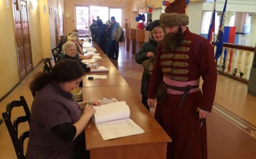 <p>В Пскове местный житель пришел на избирательный участок в историческом костюме стрельца</p>