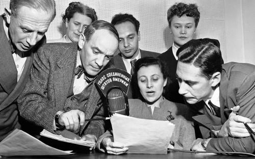 <p>Дикторы Госдепартамента в студии в Нью-Йорке. 1947 год</p>