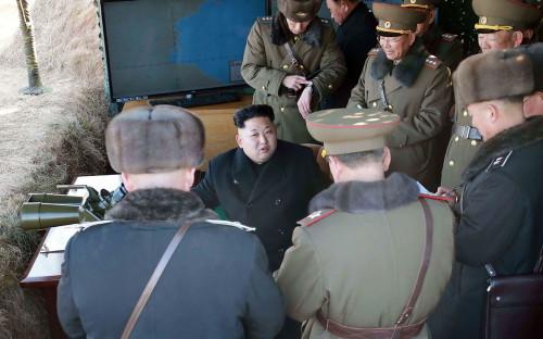 Лидер КНДР Ким Чен Ын (в центре)